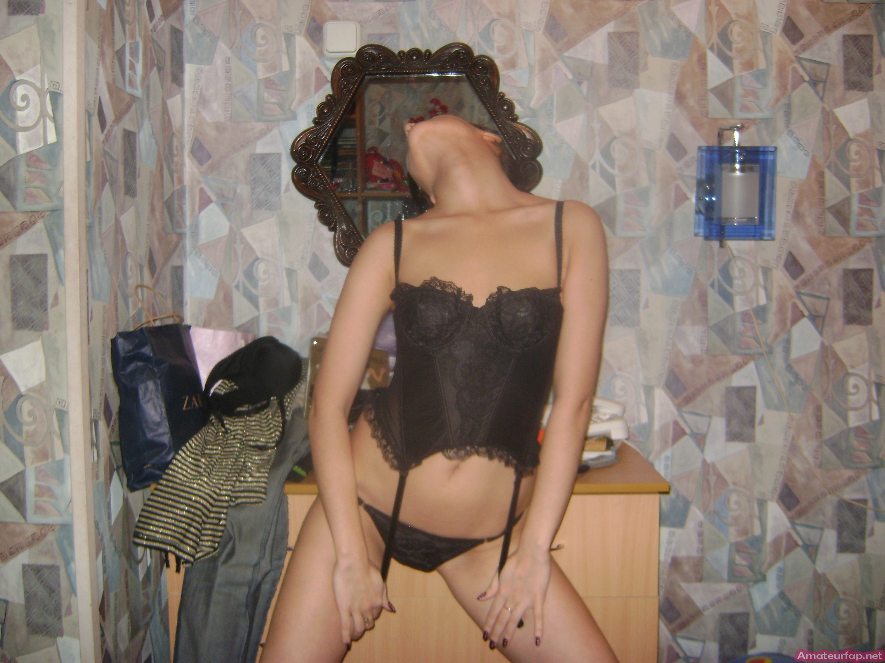Смотреть модель с темными волосами возбуждающе онлайн